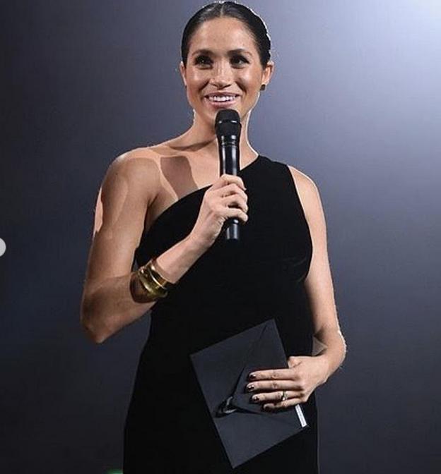 Меган Маркл на вручении премии Fashion Awards-2018. Фото скриншот https://www.instagram.com/a.royal.moment/
