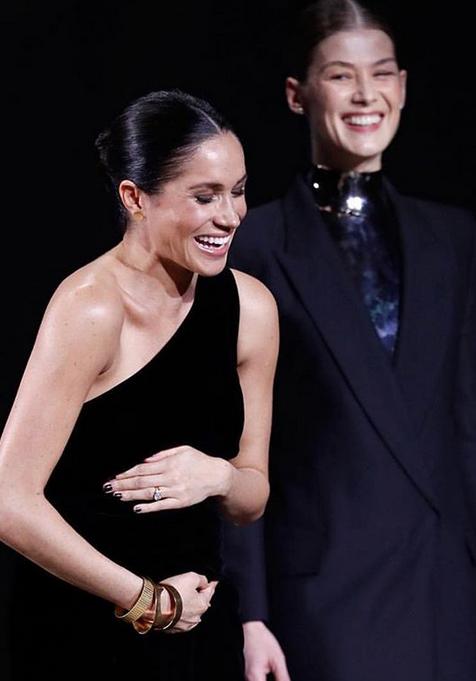 Меган Маркл на вручении премии Fashion Awards-2018. Фото скриншот www.instagram.com/themoodmagazine/