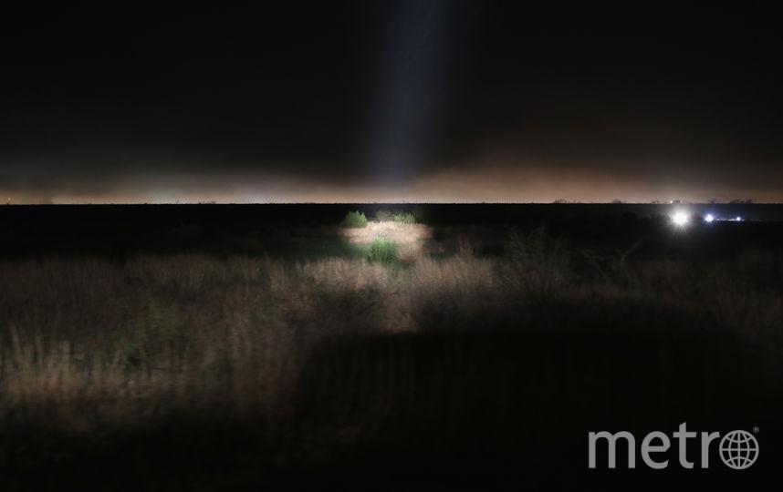 Вот этот кадр сделан в феврале 2018 года. Прожекторы пограничного патруля США освещают незарегистрированных мигрантов возле Макаллена, штат Техас. Фото Getty