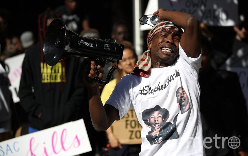 Митинг в Сакраменто (Калифорния) в марте. Брат темнокожего парня, которого застрелили полицейские, обращается к протестующим. Фото Getty