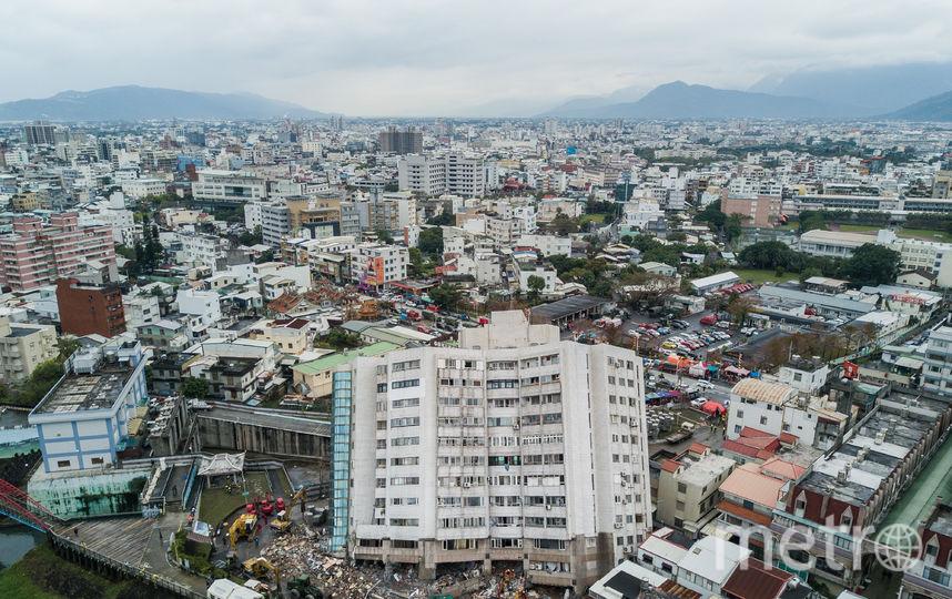 Поврежденное здание видно после землетрясения в Хуалянь, Тайвань, 8 февраля. Фото Getty