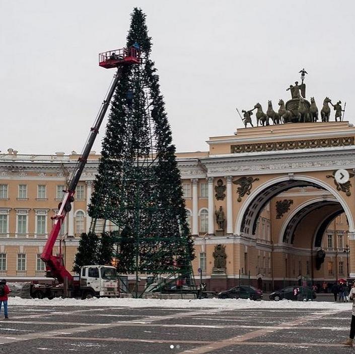 На Дворцовой площади начали собирать главную ёлку города. Фото скриншот www.instagram.com/spb.event/