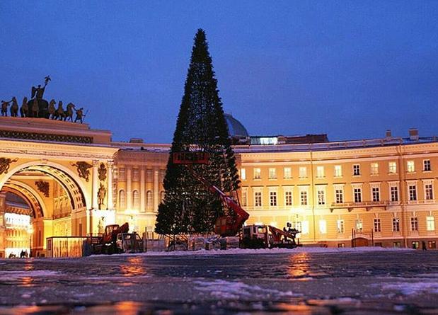 На Дворцовой площади начали собирать главную ёлку города. Фото скриншот www.instagram.com/akarpova_spb/