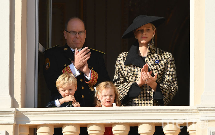 Принц Монако Альбер, его супруга княгиня Монако Шарлен и их маленькие дети. Фото Getty