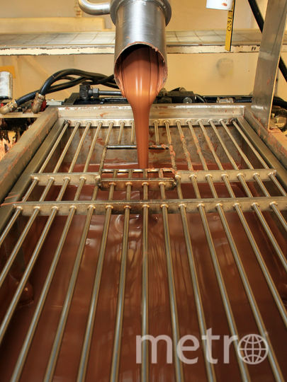 Шоколад оказался на улице из-за аварии на фабрике. Фото Getty