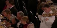 Неуклюжий официант стал звездой Нобелевской премии и Интернета