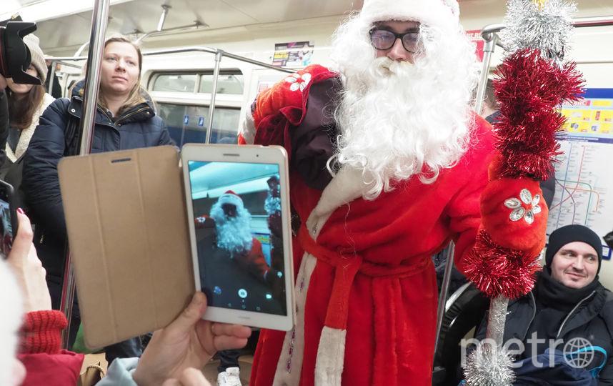 В петербургское метро спустился Дед Мороз. Фото Святослав Акимов., Getty
