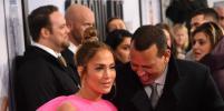 Дженнифер Лопес в розовом платье куклы пришла на премьеру: фото