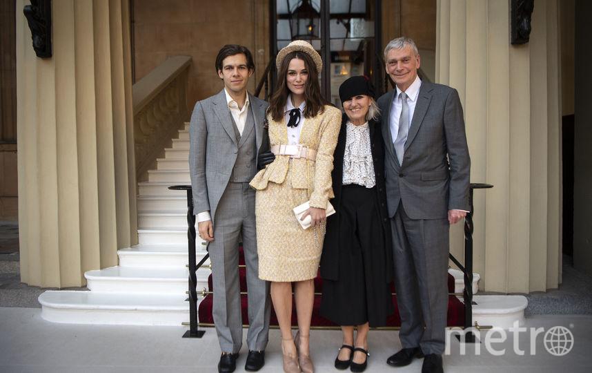 Компанию актрисе составили её родители и муж Джеймс Райтон (слева). Фото Getty