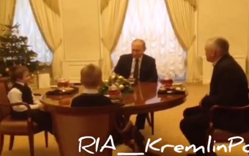 Владимир Путин исполнил мечту тяжелобольного ребенка. Фото скриншот видео www.facebook.com/riakremlinpool.rianovosti/