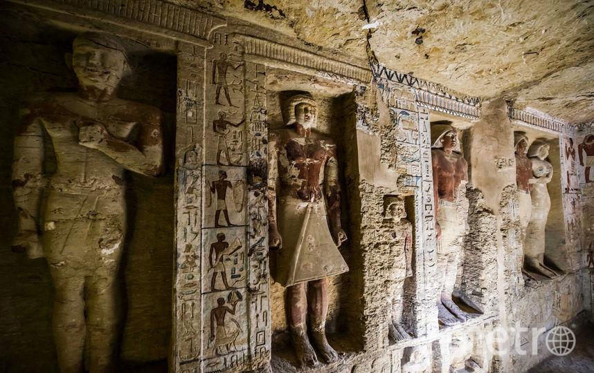Внутри археологи обнаружили статуи фараонов и иероглифы на стенах. Фото AFP