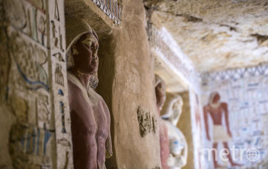 Стены гробницы украшены разноцветными фресками и иероглифами. Фото AFP
