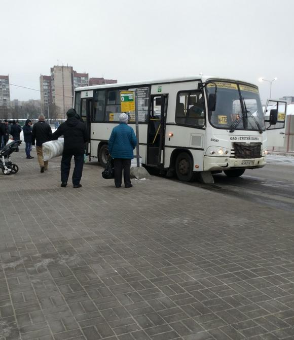 В Петербурге маршрутка въехала в столб, который упал на пешехода. Фото vk.com/spb_today