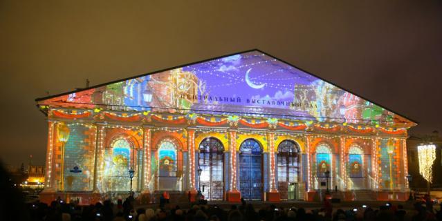 Иллюминации и декорации создают атмосферу праздника.