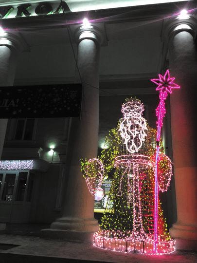 """Огромный Дед Мороз встречает гостей у входа в театр кукол. Фото Егор Важнов, """"Metro"""""""
