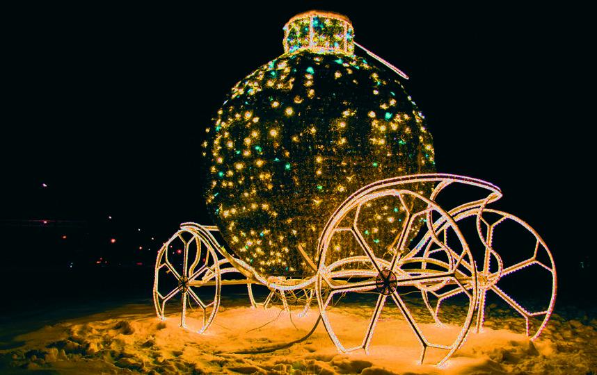 """На Южном шоссе светится праздничными огнями сказочная карета. Фото Егор Важнов, """"Metro"""""""