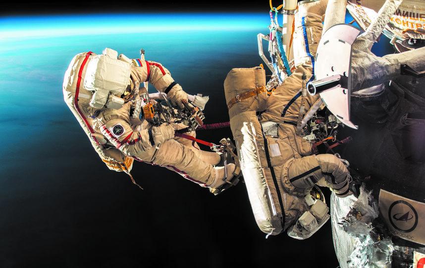 11 декабря  космонавты Роскосмоса Олег Кононенко и Сергей Прокопьев успешно выполнили операцию по выходу в открытый космос. Они обследовали внешнюю поверхность Международной космической станции и корабля. Фото Роскосмос, vk.com