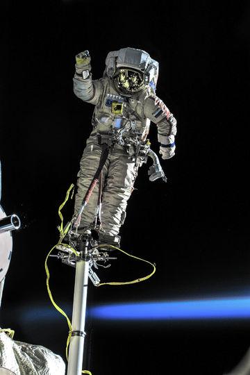 Космонавт Олег Кононенко приветствует землян из открытого космоса. Фото Роскосмос, vk.com