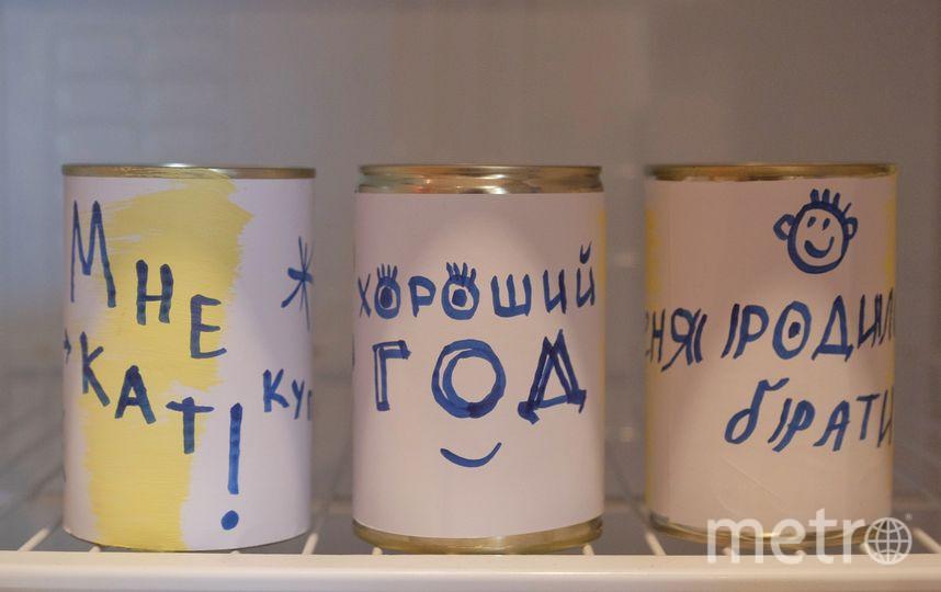 """Холодильник якутского Деда Мороза Эхээ Дыыла заполнен консервами с белыми этикетками, на которых нужно написать желание. Фото Алена Бобрович, """"Metro"""""""