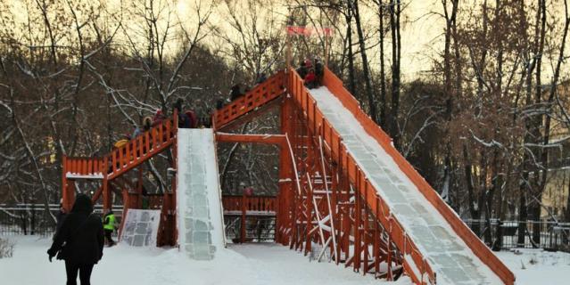 Платная горка в Измайловском парке высотой семь метров.