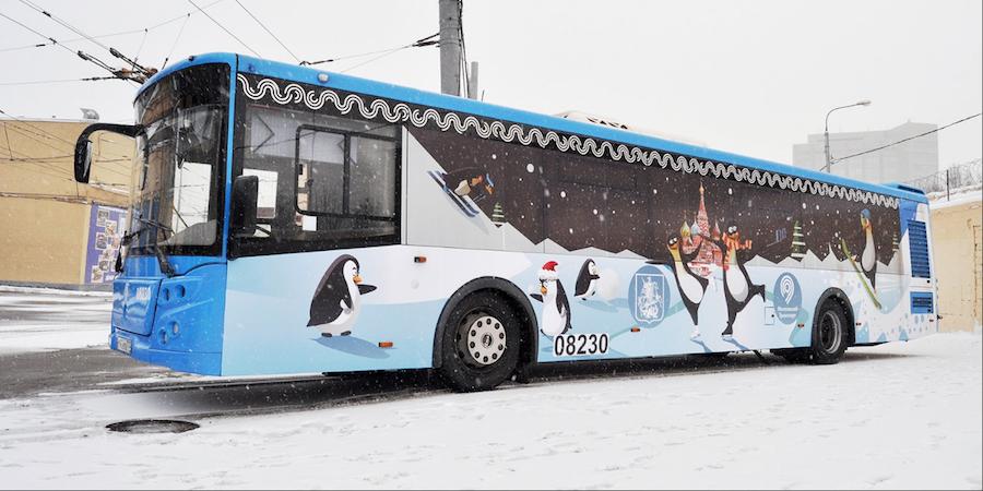 Автобусы украсили к Новому году. Фото mos.ru