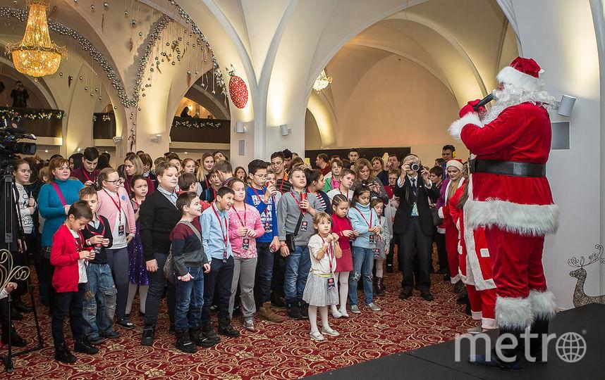 Детей на ёлке развлекал Санта-Клаус. Фото предоставлено компанией Coca-Cola