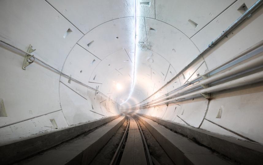 Первой по туннелю проехал автомобиль Tesla.