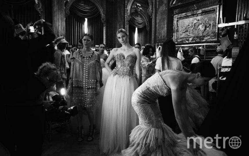 Модель позирует за кулисами перед показом Eva Minge Haute Couture осень-зима 2018/2019 в рамках Недели моды в Париже.. Фото Getty