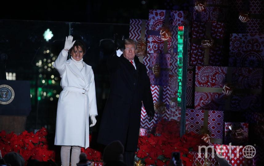 Мелания Трамп в ослепительно-белом наряде зажгла огни на главной рождественской ели США. Фото Getty