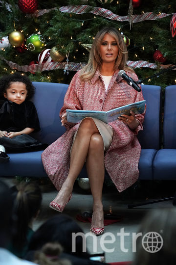 Мелания Трамп перед Новым годом и Рождеством читает детям отрывок из сказки. Фото Getty