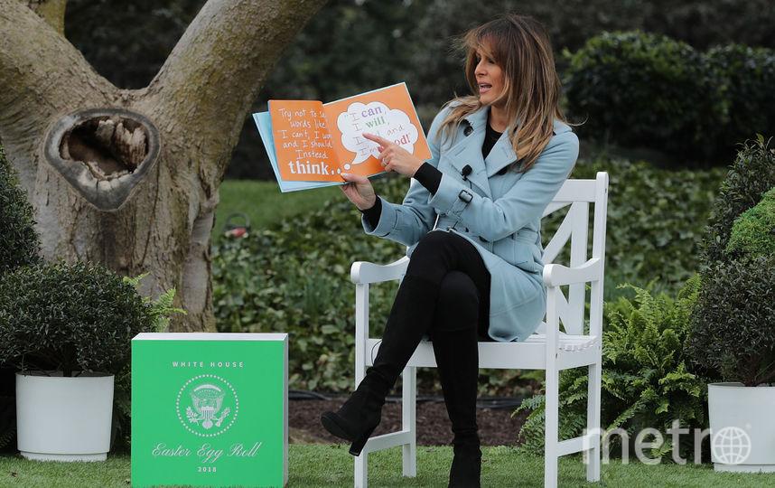 Мелания Трамп читает детям сказку в саду Белого дома. Фото Getty