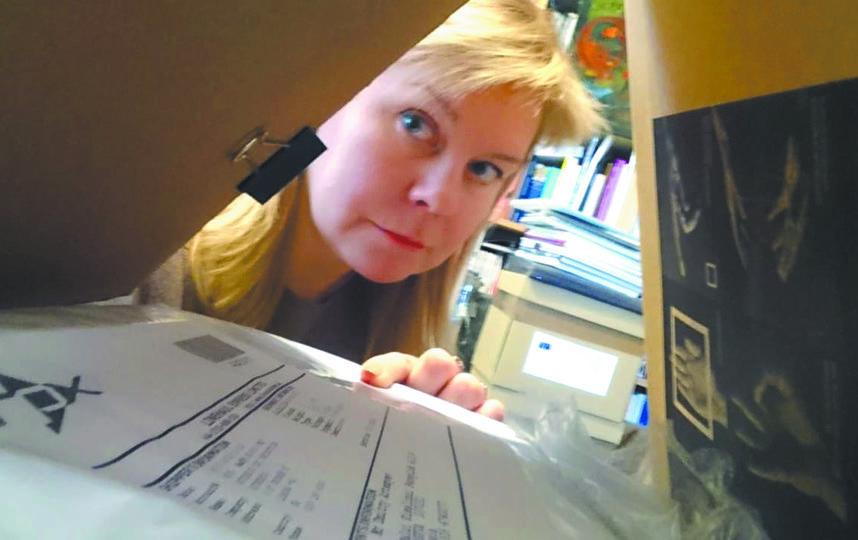 Уже 8 месяцев Анна работает с бумагами. Фото Анна Рычкова