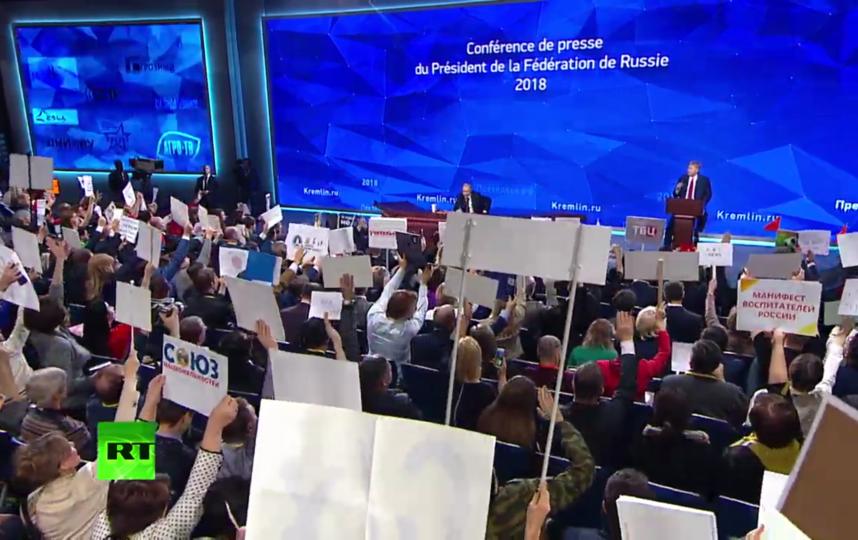 """Таблички журналистов на пресс-конференции. Фото скрин-шот, """"Metro"""""""