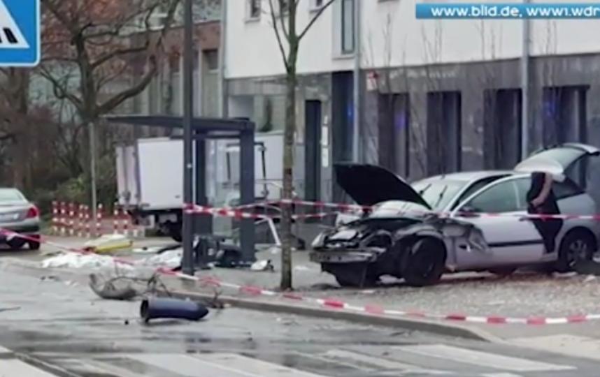 В Германии автомобиль въехал в остановку, на который были люди. Фото скриншот видео www.ren.tv