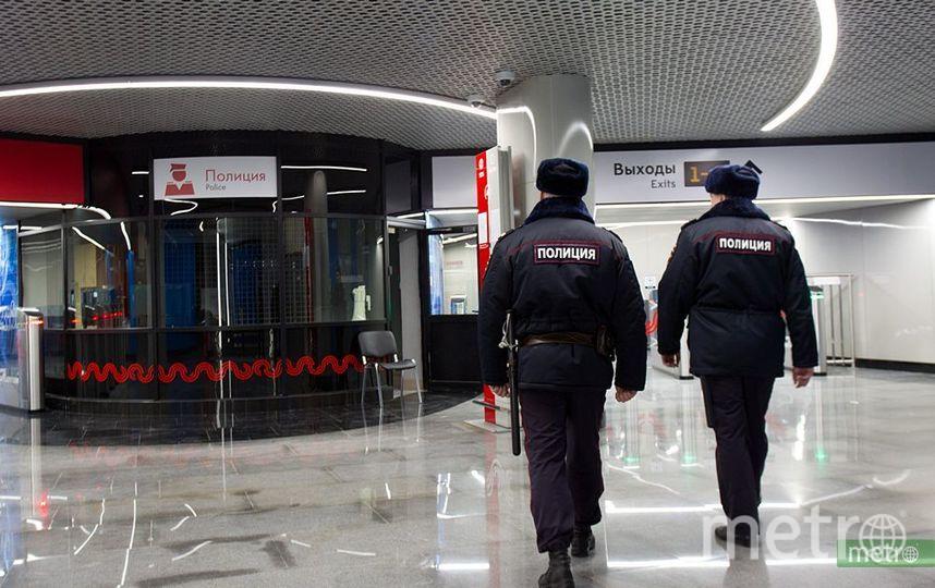 """Четверо молодых людей избили полицейского на станции метро """"Таганская"""" в Москве. Фото Василий Кузьмичёнок"""