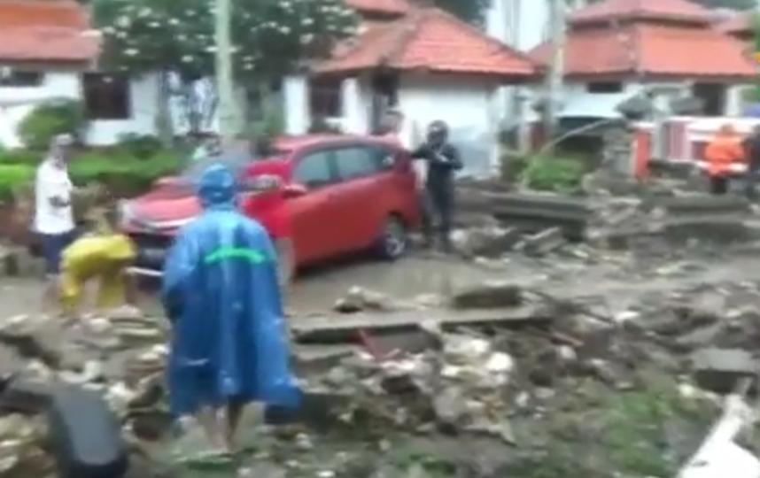 Число погибших в результате цунами в Индонезии возросло до 168. Фото скриншот видео www.ren.tv