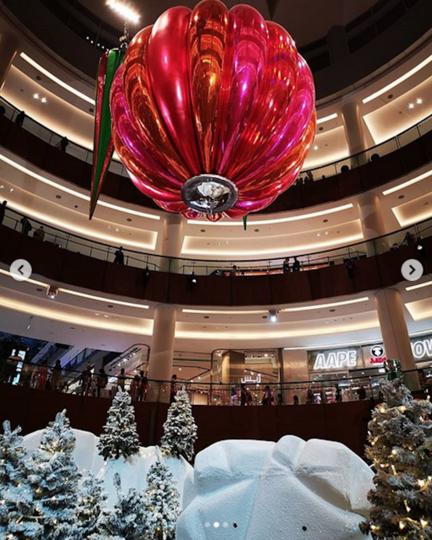 Композиция из новогодних игрушек установлена в The Dubai Mall. Фото Скриншот https://www.instagram.com/p/BrugnoIFj7p/