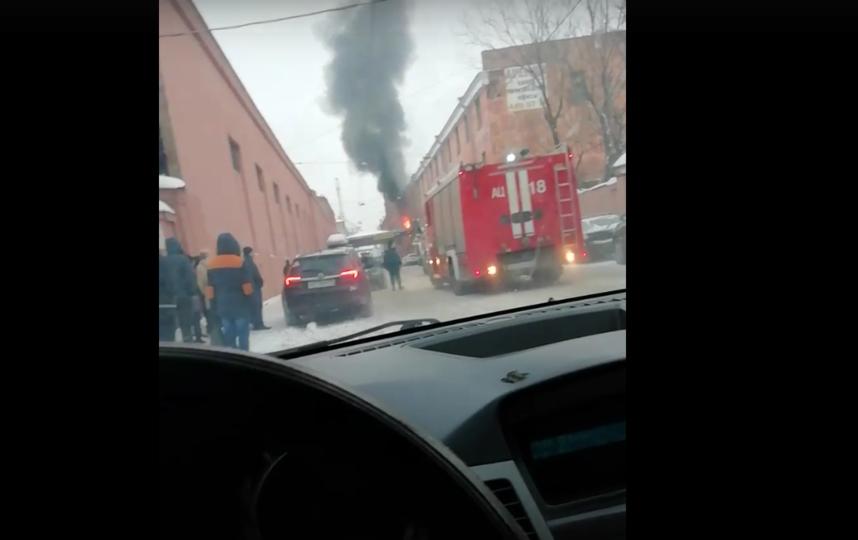 Взрывы и хлопки: в Сети появилось видео пожара в Петербурге. Фото скриншот vk.com/spb_today