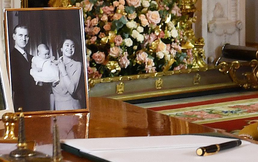 Рядом с Елизаветой на столице - старое фото. Фото Getty