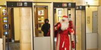 О том, как Дед Мороз гулял в метро Петербурга, сняли видео