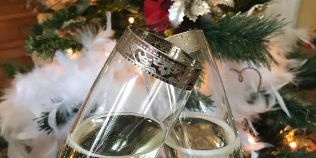 1–5 января показываем, как мы красиво отмечаем Новый год. Очень хорошо смотрятся бокалы шампанского на фоне украшенной ёлки.