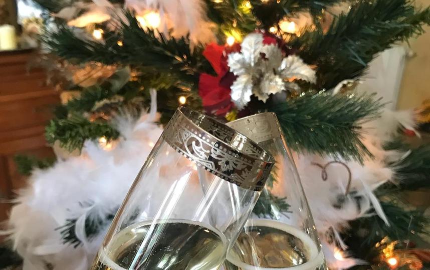 1–5 января показываем, как мы красиво отмечаем Новый год. Очень хорошо смотрятся бокалы шампанского на фоне украшенной ёлки. Фото instagram/artenologica