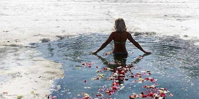19 января – испытание для самых самоотверженных – купание в проруби. Обратите внимание, что немного креатива и романтики никогда не повредят.