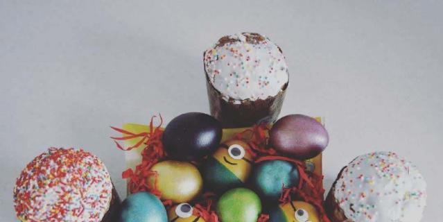 На Пасху хвастаемся кулинарными талантами – красим яйца и печём куличи.