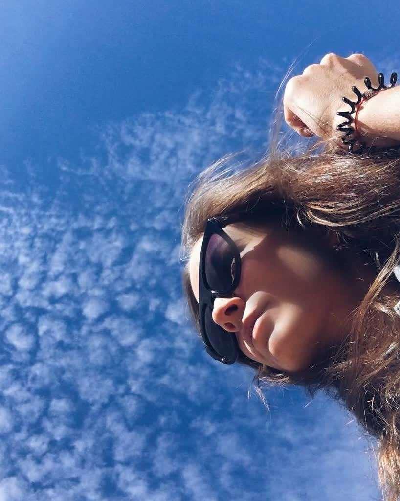 Под хештег  #первыйденьлета отлично подходят следующие композиции: несколько пар ног в кружок, кусты с цветами или небо с облачками – это вообще универсальный вариант, показывающий, что вы умеете находить красоту в моменте. Фото instagram/wilopra