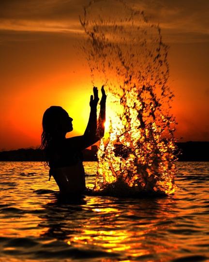 Время отпусков – заваливаем ленту позитивом, яркими купальниками, пляжами и не отказываемся от проверенных ракурсов: ноги-сосиски, романтические силуэты на фоне морских закатов. Не забывайте снимать крыло самолёта, когда летите туда и обратно!!! Фото instagram/_____olechka.o___