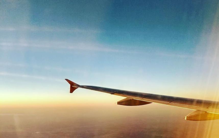 Время отпусков – заваливаем ленту позитивом, яркими купальниками, пляжами и не отказываемся от проверенных ракурсов: ноги-сосиски, романтические силуэты на фоне морских закатов. Не забывайте снимать крыло самолёта, когда летите туда и обратно!!! Фото instagram/crazy_lilbird