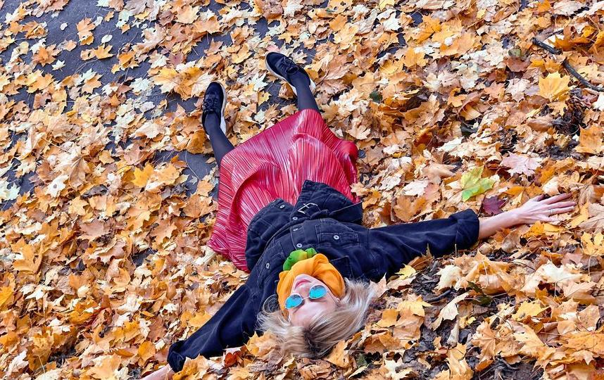 Селфи с падающими разно-цветными листьями – классика сезона. Фото instagram/m_i_l_e_n_a__k