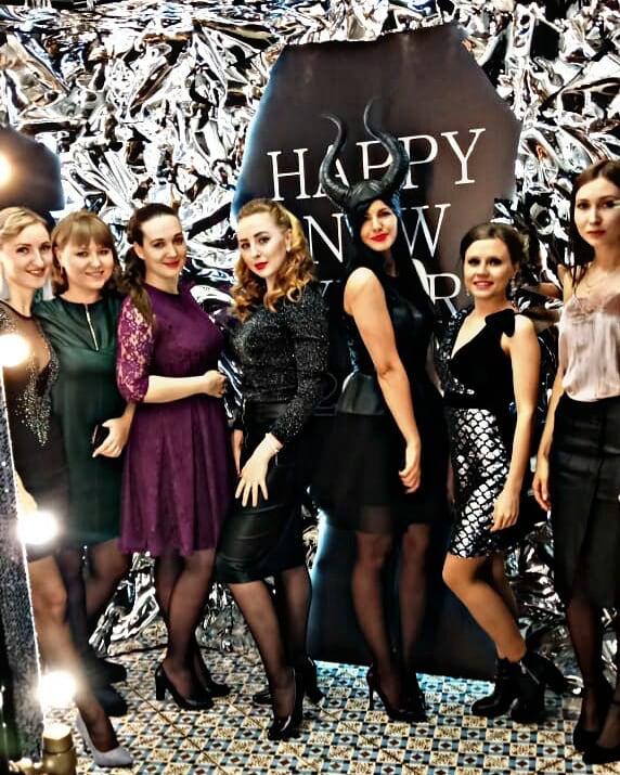 Обязательные фотосессии для конца года: #первыйснег и #новогоднийкорпоративчик. Фото instagram/julkovalchukillustrat