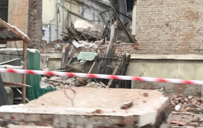 В Петербурге при сносе здания стена обрушилась на проезжую часть. Фото https://vk.com/spb_today